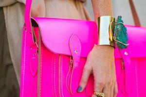 Knallpinke Tasche: Gesehen bei einer Bloggerin auf der New York Fashion Week.