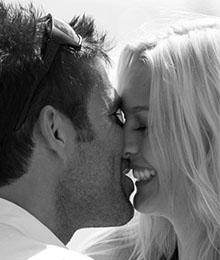 Miriam Höller küsst ihren Freund Hannes Arch