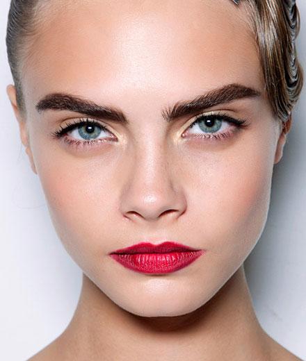 tres-click-cara-delevigne-red-lips-augenbraue