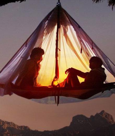 Übernachtungsmöglichkeit in einem hängenden Zelt.