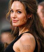 tres-click-angelina-jolie-brunette-tattoo-oberarm