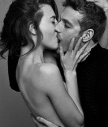 Bei diesen leidenschaftlichen Küssen fragt man sich ob Pärchen oder Freunde.