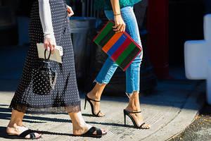 Zwei Frauen mit Taschen und Schuhen