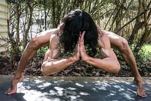 Diese Männer machen Yoga. Nackt.