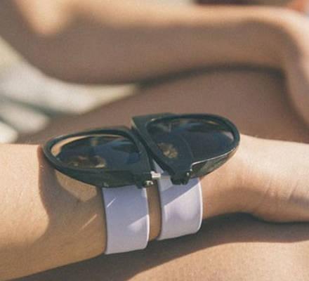 Diese Sonnenbrille kann man einfach am Handgelenk überall mit hinnehmen.