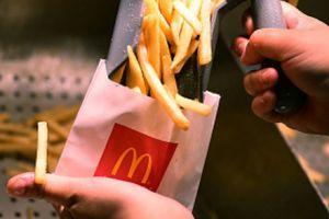 Ein Ex-Mitarbeiter von McDonald's verrät, dass es einen bestimmten Trick beim Befüllen der Pommes-Tüten gibt