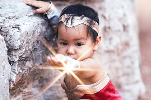 Dieses baby stellt WonderWoman nach und ist dabei absolut niedlich