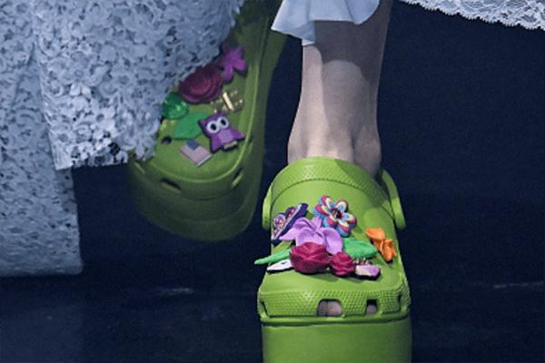 Balenciaga bringt Crocs auf den Laufsteg. Aud der Paris Fashion Week bekommt der Schuh ein High-Fashion Update