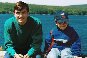 Dieser Kerl hat sich mit Photoshop in seine Kindheitsfotos gezaubert – und wir schmelzen dahin