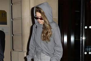 Gigi Hadid trägt auf der Pariser Fashion Week eine Hose von H&M. Und sie kostet nur 20 Euro.