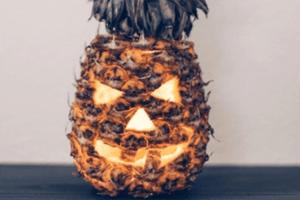 Kürbisse sind Out: Wir schneiden zu Halloween Ananas