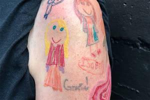 Dieser Vater lässt sich die Zeichnungen seiner Töchter auf seinen Arm tätowieren.