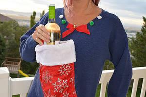 Dieser Christmas Sweater macht es möglich, deinen geliebten Wein immer bei dir zu haben.