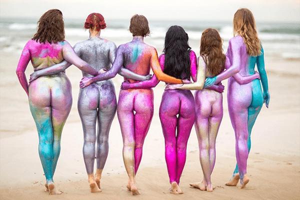 Body Positive Message: Frauen zeigen sich nackt, nur mit Glitzer bedeckt
