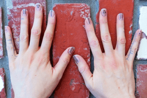 Neuer Tattoo-Trend: Jetzt werden die Fingernägel tätowiert