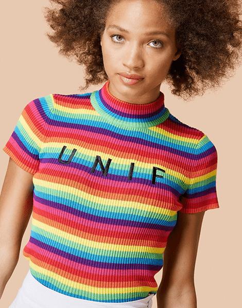 Regenbogen-Kleidung ist perfekt für die trüben Wintertage