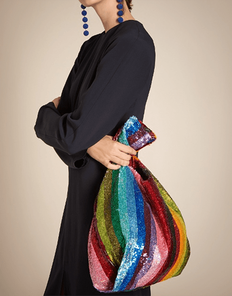 Regenbogen-Kleidung macht die trüben Tage bunter