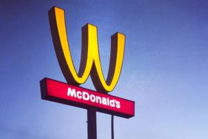 McDonald's-Logo am Weltfrauentag umgedreht