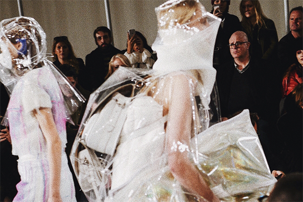plastik-fashion-trend-laufsteg