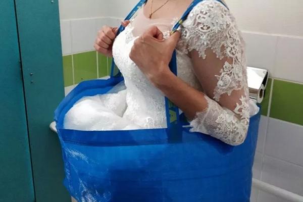 Ikea-Life-Hack der begeistert: Diese Braut schnitt sich die ikonische Tüte als Rockhalter zurecht
