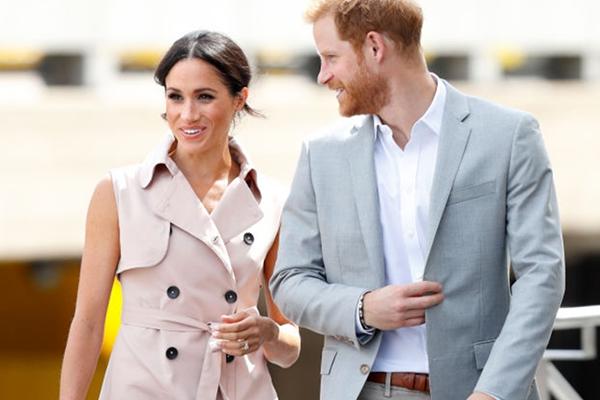 Meghan Markle trägt Trenccoat ohne Ärmel als Kleid und es gibt ihn noch zu kaufen