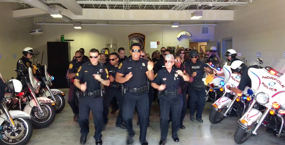 """Polizei macht bei """"Lip Sync""""-Challenge mit und performt """"Uptown Funk"""""""